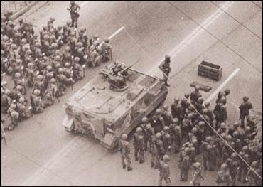 5.18 광주민주화운동 당시 모습. 시내 주요 지역마다 공수부대 병력이 투입되어 시민들을 향한 무자비한 진압이 시작되었다 5.18 광주민주화운동 당시 모습. 시내 주요 지역마다 공수부대 병력이 투입되어 시민들을 향한 무자비한 진압이 시작되었다
